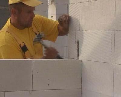 Для дома из газоблоков необходим прочный фундамент. В работе и обработке газобетон очень прост, его можно пилить или штрабить любым режущим инструментом